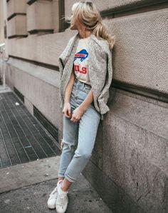 On ne se lasse pas du trio tee-shirt de sport vintage/jean roulotté sur la cheville/baskets blanches (Happily Grey):