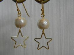 満月をイメージしたコットンパール一粒にゴールドの星のパーツを組み合わせた個性的なピアスです。コットンパールのお色はキスカ。ほんのりベージュがかった色味で日本人...|ハンドメイド、手作り、手仕事品の通販・販売・購入ならCreema。
