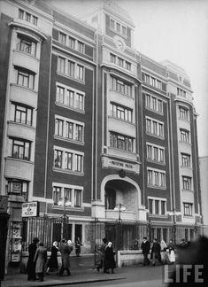 Prefectura Politiei Capitalei in 1940  Politia bucuresteana si-a stabilit sediul pe Podul Mogosoaiei (devenit apoi Calea Victoriei) in 1866, intr-un imobil in stil clasic, cu parter si etaj. Nevoile institutiei au crescut, iar in perioada interbelica s-a simtit acut nevoia unui nou sediu. Astfel, vechea cladire a fost demolata si in locul ei a aparut in 1935 actuala constructiei masiva si cu fatada retrasa cativa metri de la strada.  Fiind sediul Politiei din capitala Margaret Bourke White, Bucharest, Time Travel, Multi Story Building, Street View, Life, Military, Romania, Park