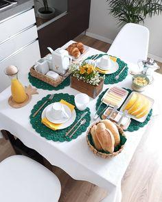 A imagepode conter: comida Brunch Mesa, Food Decoration, Table Decorations, Breakfast Platter, Breakfast Set, Beautiful Table Settings, Food Platters, Food Presentation, Elle Decor