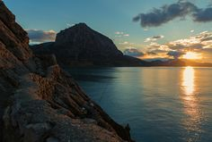Красивый восход солнца в голубой бухте возле поселка Новый Свет. Крым