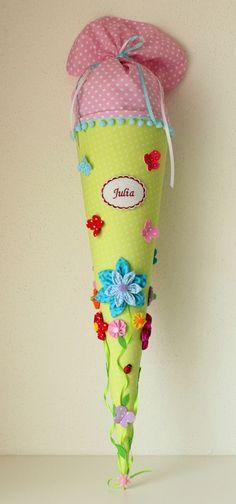 Eine in liebevoller Handarbeit gefertigte, traumhaft schöne Schultüte aus wunderschönem Baumwollstoff. Die Schultüte hat ein Innenteil aus Pappe von 70 cm + 30 cm Stoffverschluß. Liebevoll mit...