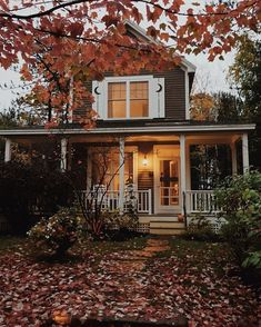Wenn Du Cottage und New England mischen willst – dann lass Dich von diesem Bild inspirieren. If you want to mix Cottage and New England – let this image inspire you. Home Deco, Future House, My House, Dark House, Beautiful Homes, Beautiful Places, Autumn Cozy, House Goals, Life Goals