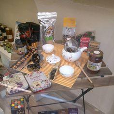 De todo un poco! #mesa #taula #aparador #aparadores #chocolate #blanxart #mermelada #canbech #amatller #simoncoll #fainatur #miel #mel #melmelada #teteraporcelana #teterajaponesa #estilojapones #sesamo #sesam #te #té #tenegro #tenegre #instate #instachocolate #cookies #momentote #tea