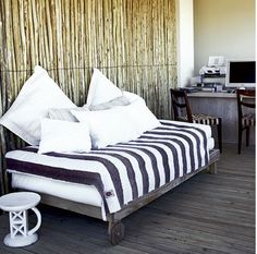 TRES CHIC HOUSE: SOUTH AFRICA - CONTEMPORARY BEACH HOUSE  Love the striped throw and the log wall.
