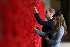 """Gedenken: Prinz William und seine Frau, Herzogin Kate, stecken zum Gedenken an die Opfer des ersten Weltkrieges Mohnblüten an die """"Wand der Erinnerung"""" in Canberra, Australien. Mehr Bilder des Tages: http://www.nachrichten.at/nachrichten/bilder_des_tages/cme10133,1046246 (Bild: Reuters)"""