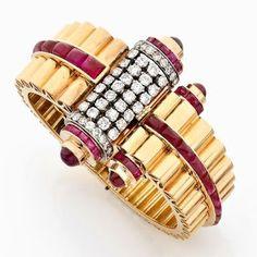 Bracelet rigide (c 1940) ouvrant asymétrique en or rose godronné et platine, les extrémités ornées de deux rouleaux, sertis de diamants taille brillant (TA) et de cabochons de rubis calibrés à pans russes