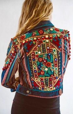 Boho Style Picture Description ~ Gorgeous detailing in back view of DDRs Reyes Jacket. New for Spring 2016 and fabulous! Cant even think of spring…still in winter mode, coping with c-o-l-d mountain weather and staying warm. Mode Boho Gypsy, Mode Hippie, Gypsy Style, Hippie Style, Bohemian Style, Gypsy Bag, Boho Chic, Hippie Chic, Fashion Mode