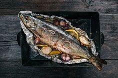 Préparation : 1. Préchauffez le four à 200°C. Préparez 4 feuilles d'aluminium. 2. Lavez et videz les poissons. Arrosez-les du jus d'un citron et parsemez-les de paprika. Déposez chaque …