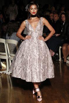 Irina Shayk défilé Giles printemps-été 2016 Fashion Week Londres http://www.vogue.fr/mode/inspirations/diaporama/fwpe16-le-casting-de-stars-du-defile-giles-printemps-ete-2016/22649#irina-shayk