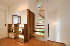 玄関 階段側の壁 木の目隠し×ガラスとかだと明るくて広く感じる?
