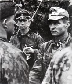 Max Wünsche, commander of Panzer-Regiment awards HJ-flak gunners who shot down five US Aircraft in the vicinity of Rauray where his HQ was located. German Soldiers Ww2, German Army, Military Photos, Military History, Luftwaffe, Military Awards, Ww2 Photos, Panzer, The Third Reich