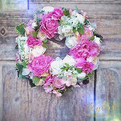 Krasne pondeli vsem! Novy venec na @flercz 💕☀️💐 #flercz #vyrobenosrdcem #dekorace #kvetiny #miluju #krasnyden #rucniprace #slaskou #floristika #handmade #design #passion #czech #praha #prague #florist #decor #lovemyjob #flowerlovers #decoration #romantic #wedding #wreath #floraldesign #loveflowers #colorful #instaflower #picoftheday #colors #artificialflower