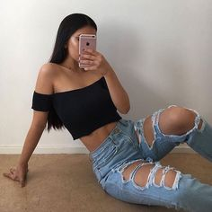 Poses para fotos tumblr. Look tumblr destroyed jeans e cropped ombro a ombro. Pinterest: @giovana
