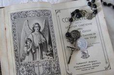 Oude bijbel of gebedenboekje uit 1901 met oude rozenkrans