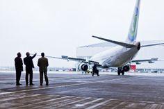 Fotografie vertrek vliegtuig vanuit hangar. www.reclamebureauamsterdam.nl