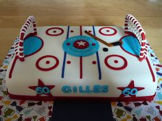 Hockey Rink My third hockey rink, a popular cake! This one is for Gilles, 60 years old. This is a vanilla cake with buttercream and. Hockey Birthday Cake, Hockey Birthday Parties, Hockey Party, Birthday Cakes, Hockey Cakes, Pokemon Party, Cake Gallery, Rainbow Loom, Vanilla Cake