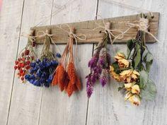 お花や植物を乾燥させたドライフラワーは、生花にはないアンティークな雰囲気が魅力的です。今回はそんなドライフラワーの飾り方をご紹介します♪
