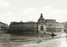 Aduana Taylor en 1880. Atras la Casa Rosada, a la izquierda Rentas Nacionales. El terraplén con vias era para acceder al muelle de carga. Se demolió en 1894 para la construccion de Puerto Madero. Hoy todo este espacio es la Plaza Colón y la Avenida de la Rábida.