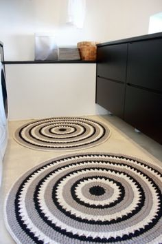 Tapete -tapete de barbante croche na cozinha ambiente decorado circular branca e preto nórdico escandinavo Crochet Mat, Crochet Rug Patterns, Crochet Carpet, Crochet Doilies, Beige Carpet, Diy Carpet, Hall Carpet, Knit Rug, Crochet Kitchen