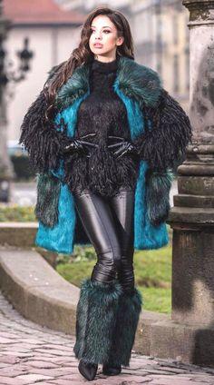 Leather Gloves, Fast Fashion, Boss Lady, Beauty Women, Sexy Women, Beautiful Women, Long Hair Styles, Latex, Female