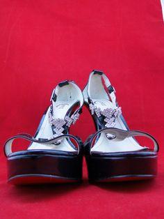 Sandália preta com strass, acesse www.blacksuitdress.com.br