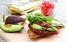vegetarisk toast med avokado
