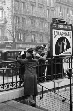 "Couples by the Underground station ""Odeon"", Paris, Paris 1900, Old Paris, Paris Love, Vintage Paris, Paris France, Paris Black And White, Black White Photos, Black And White Photography, Robert Doisneau"