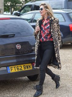 Look street style de Kate Moss com mix de estampas.