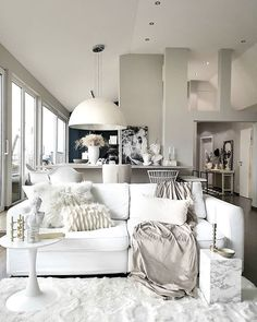 Yksityiskohdat muokkaavat sisustuksesta persoonallisen ja kodikkaan. Tekstuurit ja eri materiaalit luovat kokonaisuudesta miellyttävän runsaan. Natural Interior, Living Room Decor, Couch, Photo And Video, Bed, Interiors, Furniture, Instagram, Home Decor
