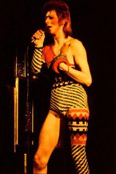"""1973年、山本寛斎デザインの衣裳で""""ジギー・スターダスト""""としてステージに立つ。"""