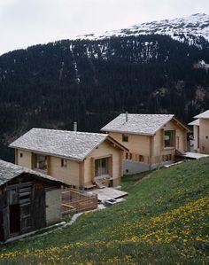 Zwei Häuser in Leis -Vals, CH : moderner Garten von Simona Pribeagu Schmid, dipl. Architektin AAM