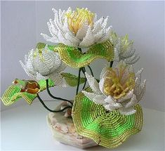 Одноклассники French Beaded Flowers, Bonsai, Beaded Ornaments, Beads And Wire, Christmas Tree Decorations, Seed Beads, Projects To Try, Arts And Crafts, Lily