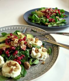 This avocado goat cheese salad with pomegranate offers you absolute low carb .- Dieser Avocado-Ziegenkäse-Salat mit Granatapfel bietet Dir absoluten Low Carb G… This avocado goat cheese salad with pomegranate offers … - Clean Eating Recipes, Healthy Dinner Recipes, Healthy Snacks, Vegetarian Recipes, Healthy Eating, Eating Clean, Dessert Healthy, Easy Snacks, Beef Recipes
