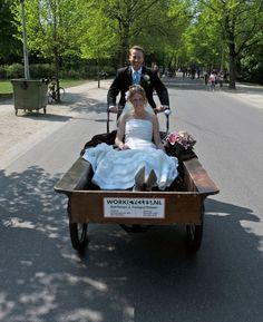 Only in Holland it's possible to arrive at your wedding by a cargo bike ;-) This I saw happening in Haarlem 5 years ago Leiden, Netherlands Country, Dutch Bicycle, Velo Cargo, Visit Holland, Dutch People, Going Dutch, Photos, Couples