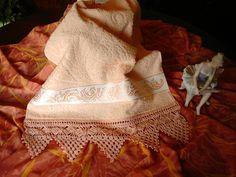 Toalla de rostro, con puntilla tejida al crochet por C. Pazos