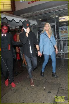 zac efron sami miro hold hands on halloween 01 Zac Efron sports a white mask while holding hands with his girlfriend Sami Miro at the Treats! Halloween Party at the Los Angeles Theatre on Friday (October 31)…