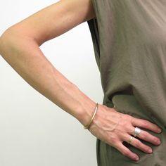 Bracelet en laiton ajustable,fabriqué à la main par Diana DeLuca et Jeneen Gacek.Idéal pour un look classique! Ajustable.