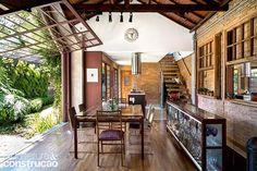 Revista Arquitetura e Construção - Casa-pátio com alma artesanal, tijolinhos e um jardim apaixonante