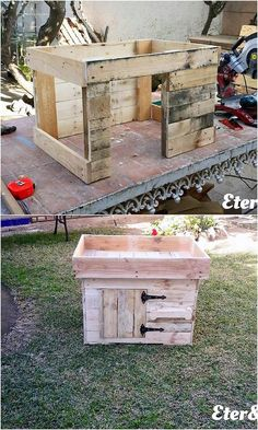 Recycling the old wood pallet has always remained the ultimate choice of the house makers in terms of the pet houses project. Here we have one such brilliant idea of decoration for you by using old wood pallets into it! Different sizes of wood pallet planks are arranged in vertical style.