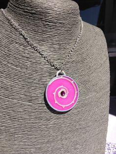 He encontrado este interesante anuncio de Etsy en https://www.etsy.com/es/listing/248822893/rose-quartz-shield-pendant-steven