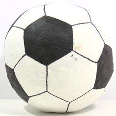 Ik laat je in een filmpje zien hoe je een voetbal kan knutselen van papier-maché als surprise voor het sinterklaasfeest.