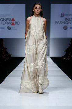 SAPTO DJOJOKARTIKO INDONESIA FASHION FORWARD SHOW Fashion Forward, Runway, Kimono, My Style, Modern, Inspiration, Dresses, In Trend, Cat Walk