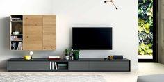 La madera natural siempre aporta calidez a las estancias, en esta composición se han utilizado acabados en roble nudoso para el mueble alto y carbón mate para el mueble bajo. El sistema de apertura es toca-toca.