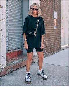 street style addict / crossbody bag oversized tee cycling shorts boots 40 Trendy Summer Outfits We're Totally Obsessed With Summer Shorts Outfits, Trendy Summer Outfits, Short Outfits, Casual Outfits, Biker Outfits, Outfit Summer, Summer City Outfits, Shorts Ootd, Summer Ootd