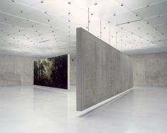 Concrete hanging partitions in the Kunsthaus Bregenz by Peter Zumthor