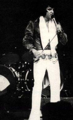 Elvis on stage in Las Vegas in august 1972.
