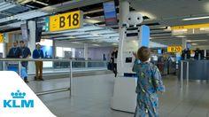 Робот Spencer сопровождает пассажиров в аэропорту Амстердама