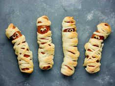 Funny idea for kids for Halloween food - sausage in dough as a mummy top view Buffet, Birthday Treats, Birthday Recipes, Happy Foods, Hot Dog Buns, Kids Meals, Tapas, Sushi, Christmas Cookies
