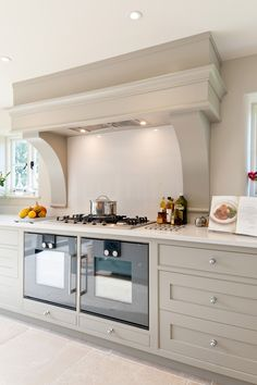 MODERN FARMHOUSE SUBTLE BLEND THE BRIEF Client was specific that they would like a Shaker style kitchen with a central island looking more like a farmhouse table. This needed to be a family friendly practical country kitchen. DESIGN